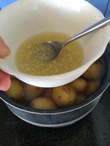 Gelatin og sitronsaft. Hold blandingen over kokende vann i 30 sek mens du rører. I dag hold jeg på å lage potetsalat også så da holdt jeg den bare over de kokende potetene.