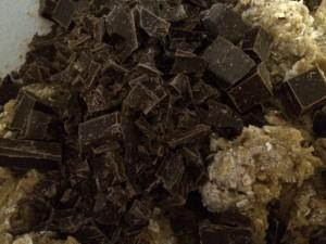 hell alle sjokoladebitene i røra