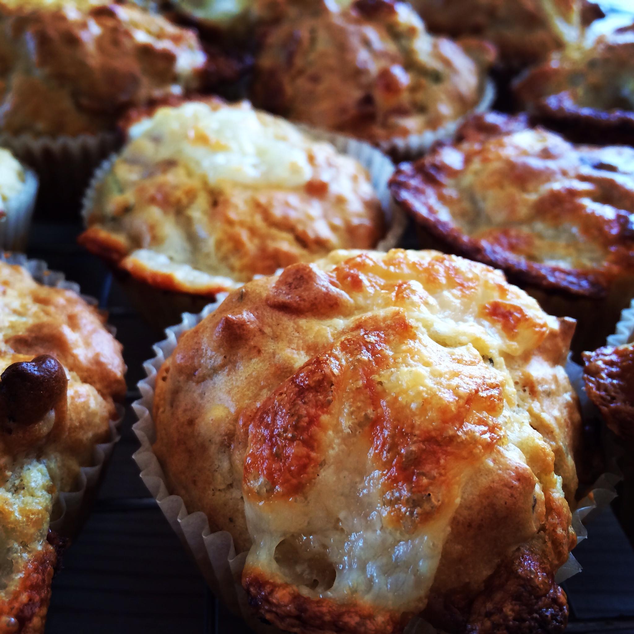 Mozarella/bacon Muffins med fersk basilikum og chili